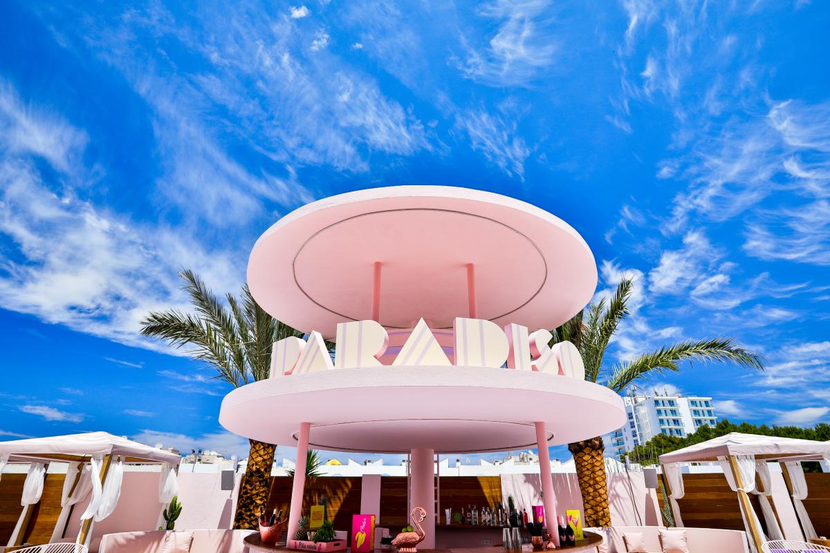O bar de cocktails junto à piscina
