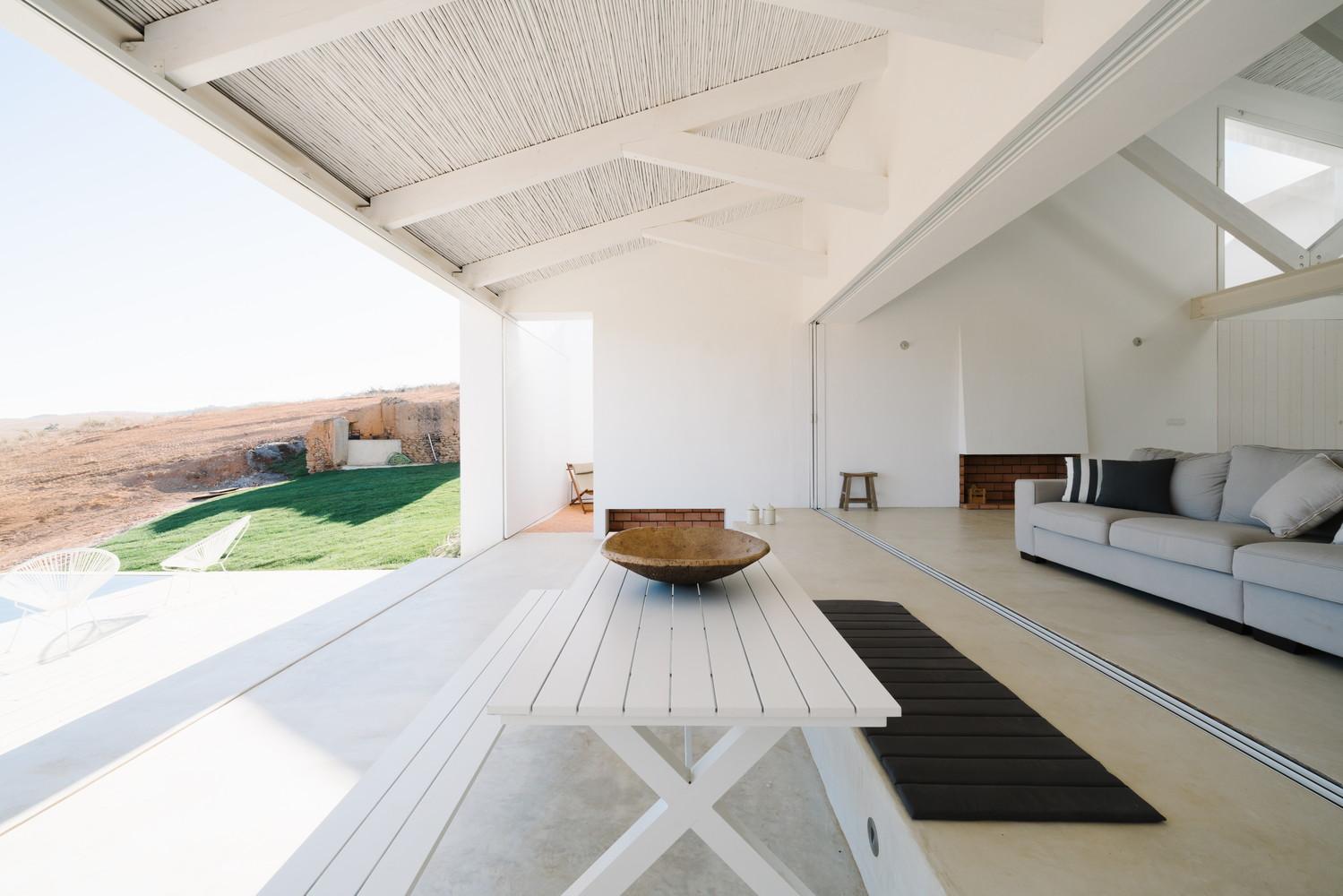 A sala de estar, aberta para o pátio