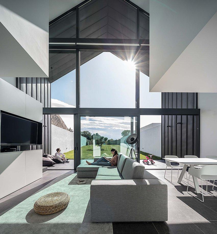 A estrutura goza de muita luz natural