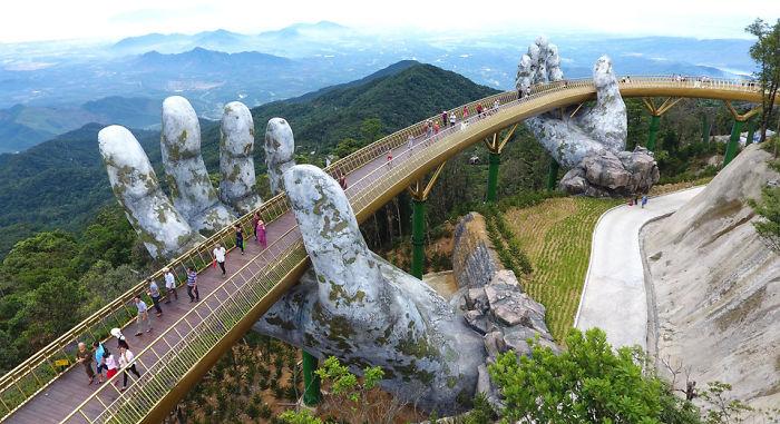 A Golden Bridge é uma ponte pedonal com 150 metros de comprimento