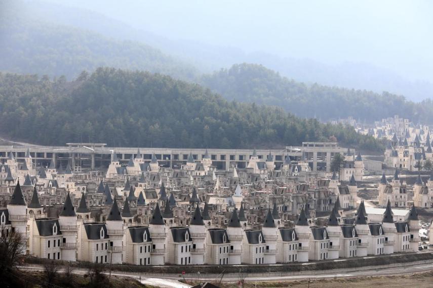 Das mais de 700 casas, 350 foram vendidas...