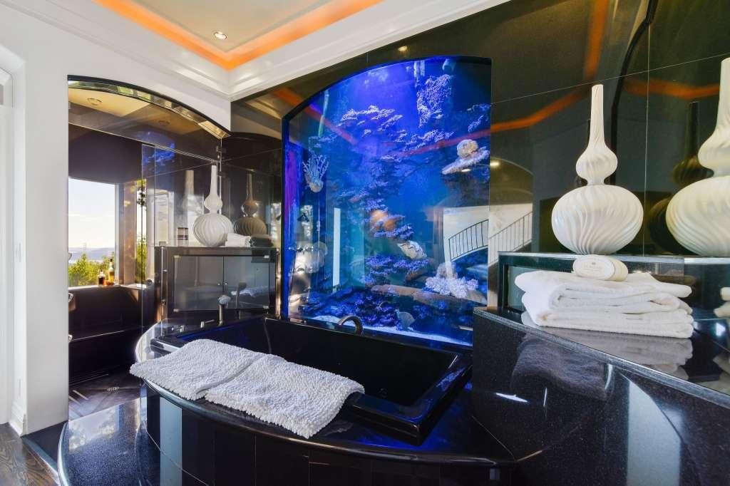 A casa de banho com aquário incluído