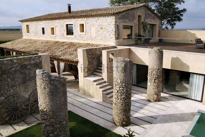As colunas de pedra diferenciam a casa