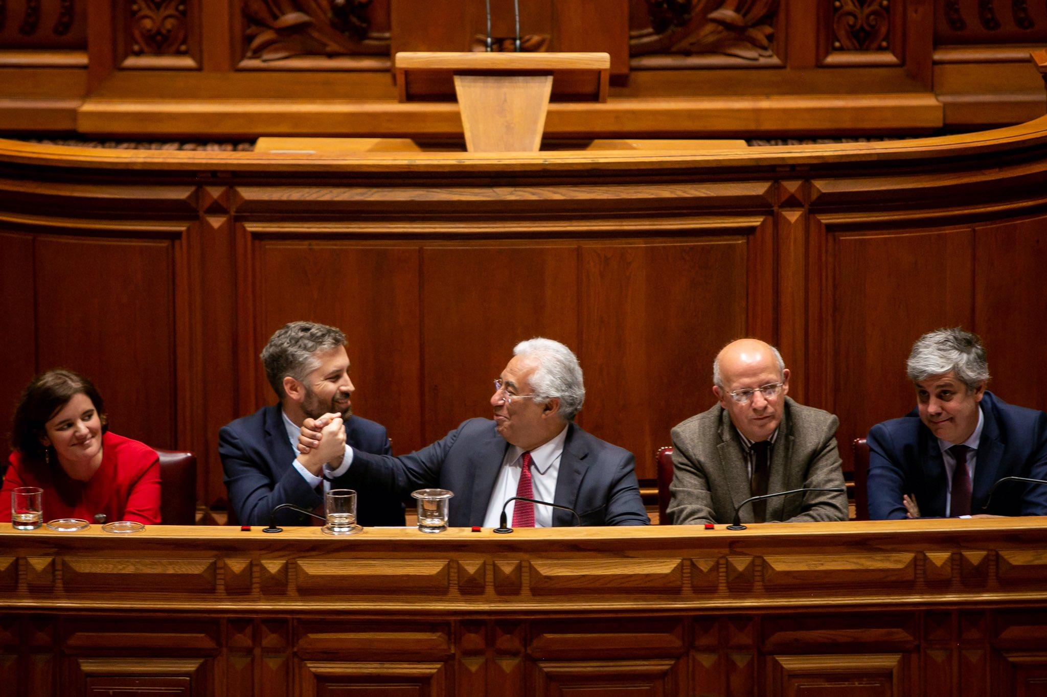 Pedro Nuno Santos cumprimenta António Costa no Parlamento / Twitter @pnsantos_seap