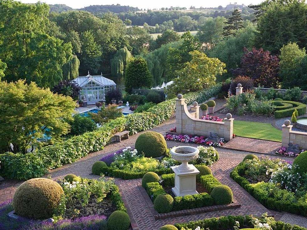 A mansão tem longos jardins