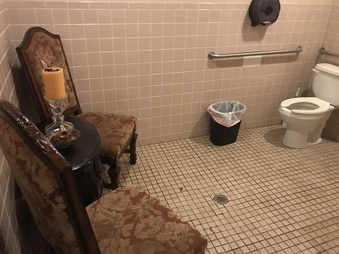 Uma sala de estar dentro de uma casa de banho