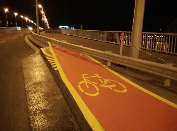 Portanto... para atravessar é preciso saltar com a bicicleta