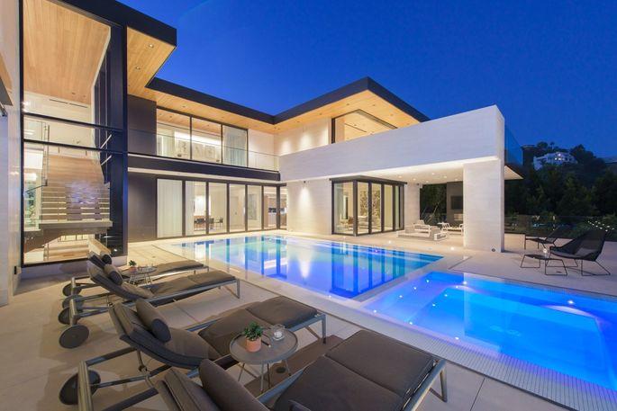 A casa tem duas piscinas
