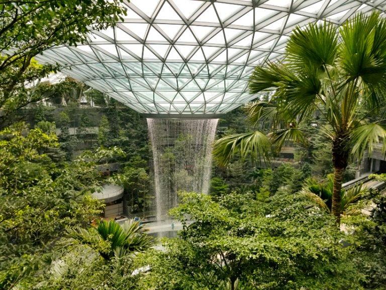 Uma cascata gigante dentro de um aeroporto