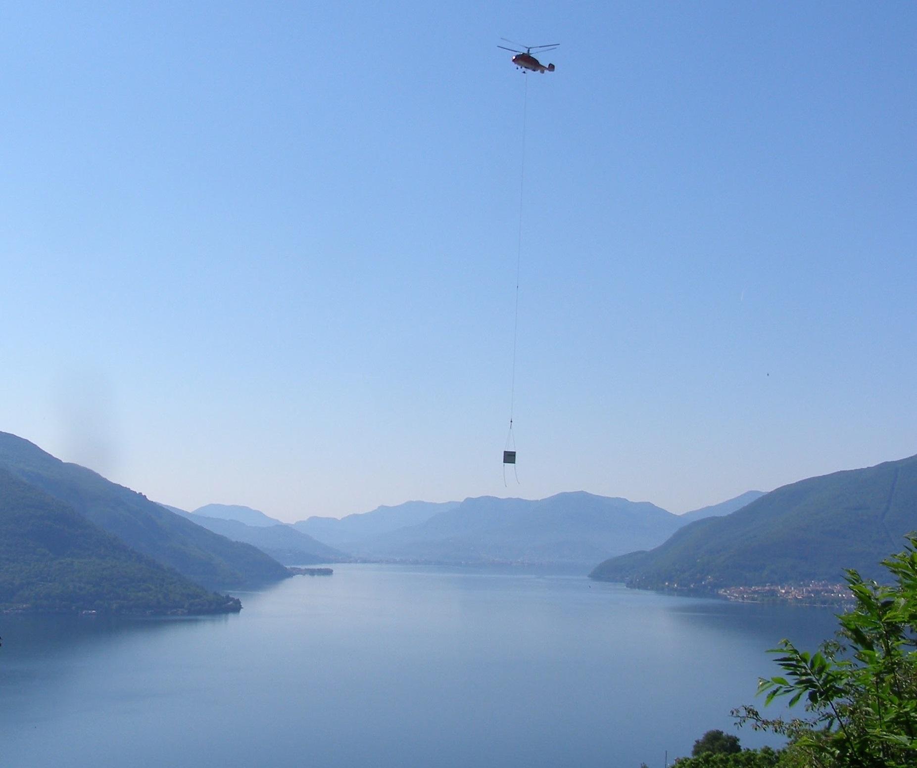 Cubos transportados por helicóptero