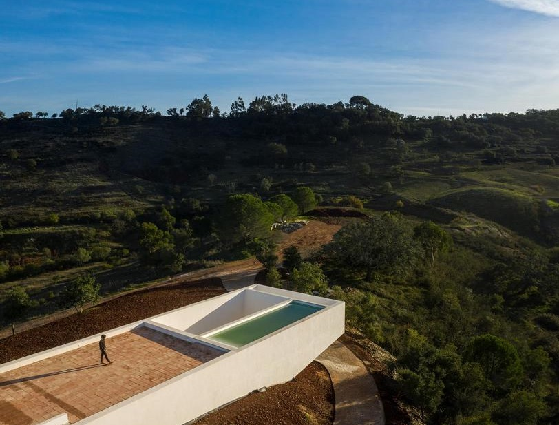 Nesta casa a piscina fica no telhado