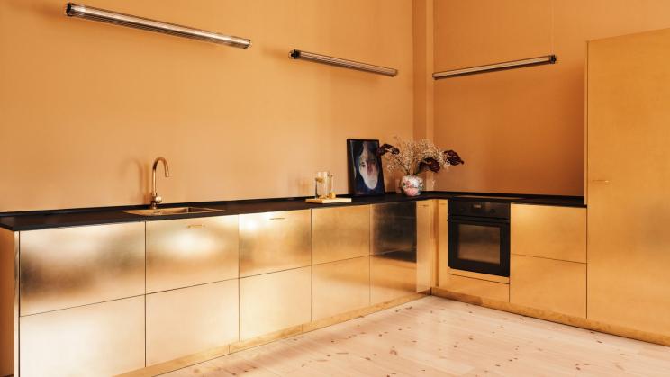 Uma cozinha em dourado