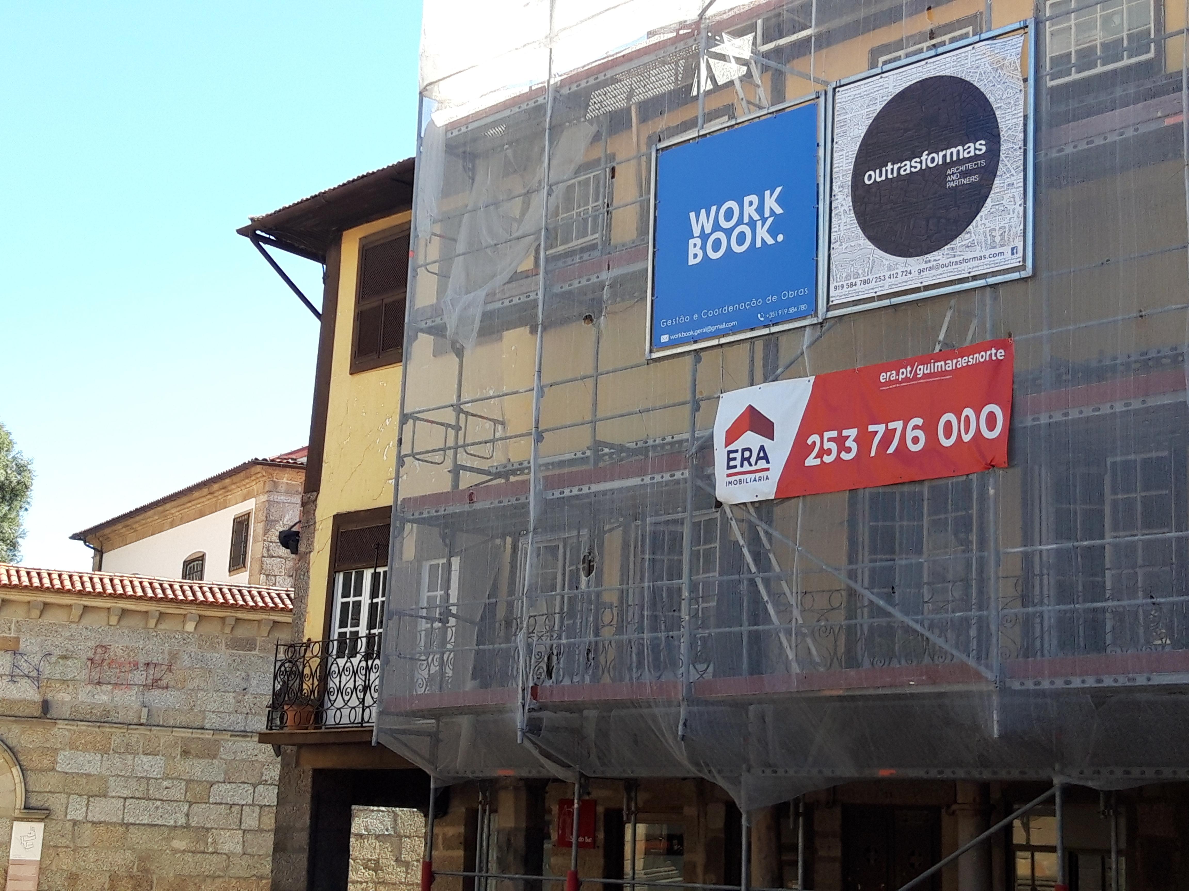 Edifício em reabilitação para AL Localizado no Largo da Oliveira.  / Elisabete Soares