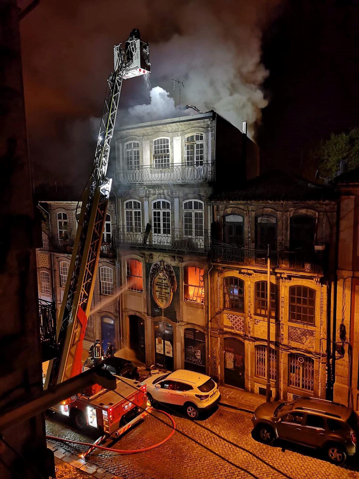 As chamas consumiram o edifício  / @Facebook/Porto via TSF