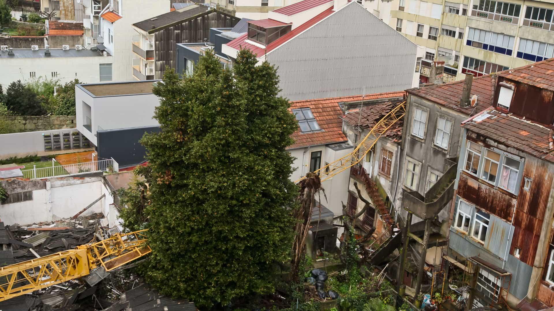 Acidente com grua de grande porte na Rua da Torrinha, no Porto, em fevereiro passado. / Notícias ao Minuto