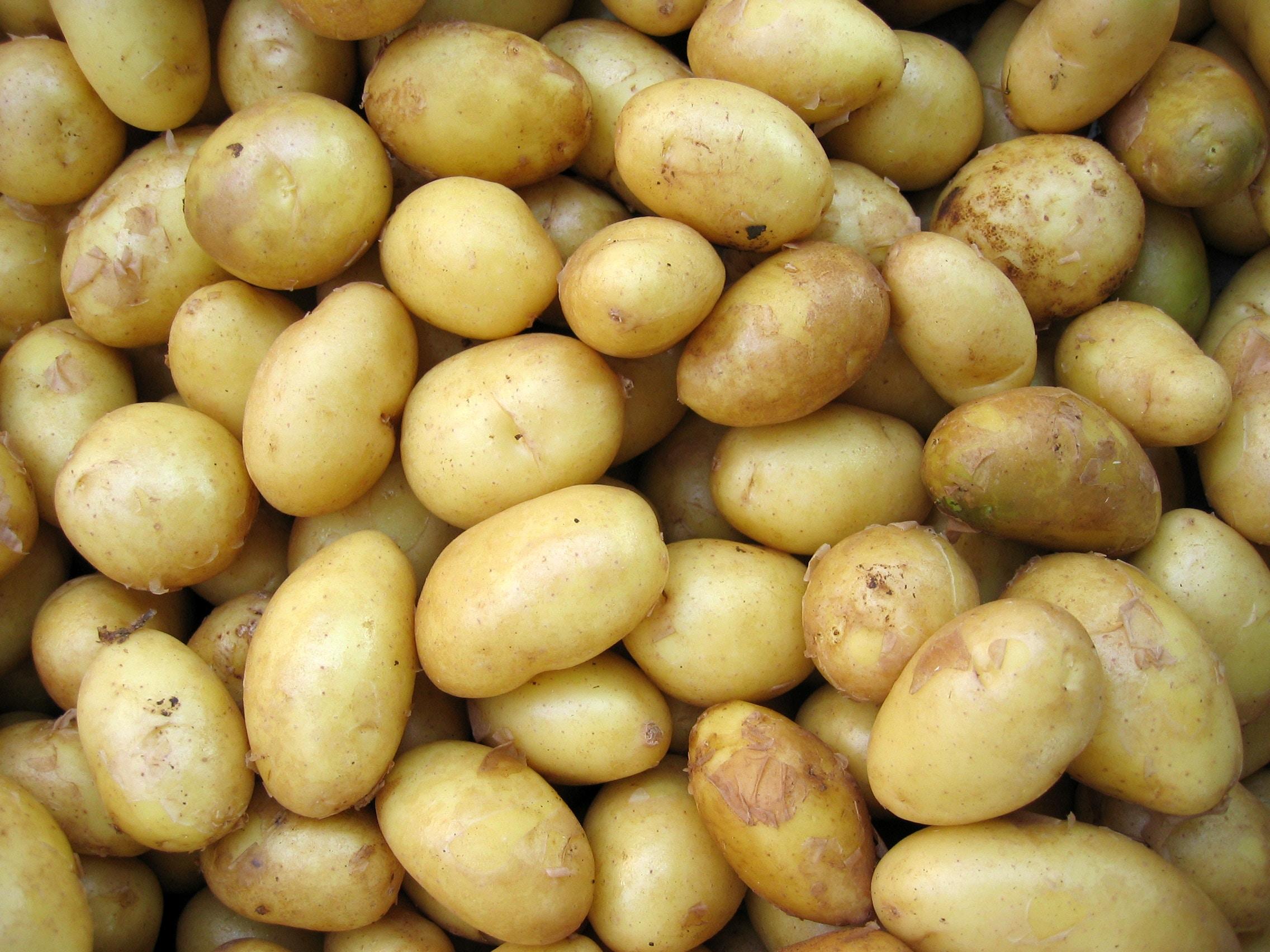 Limpar panelas... com batatas