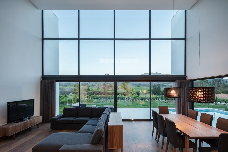 A enorme janela que percorre a casa