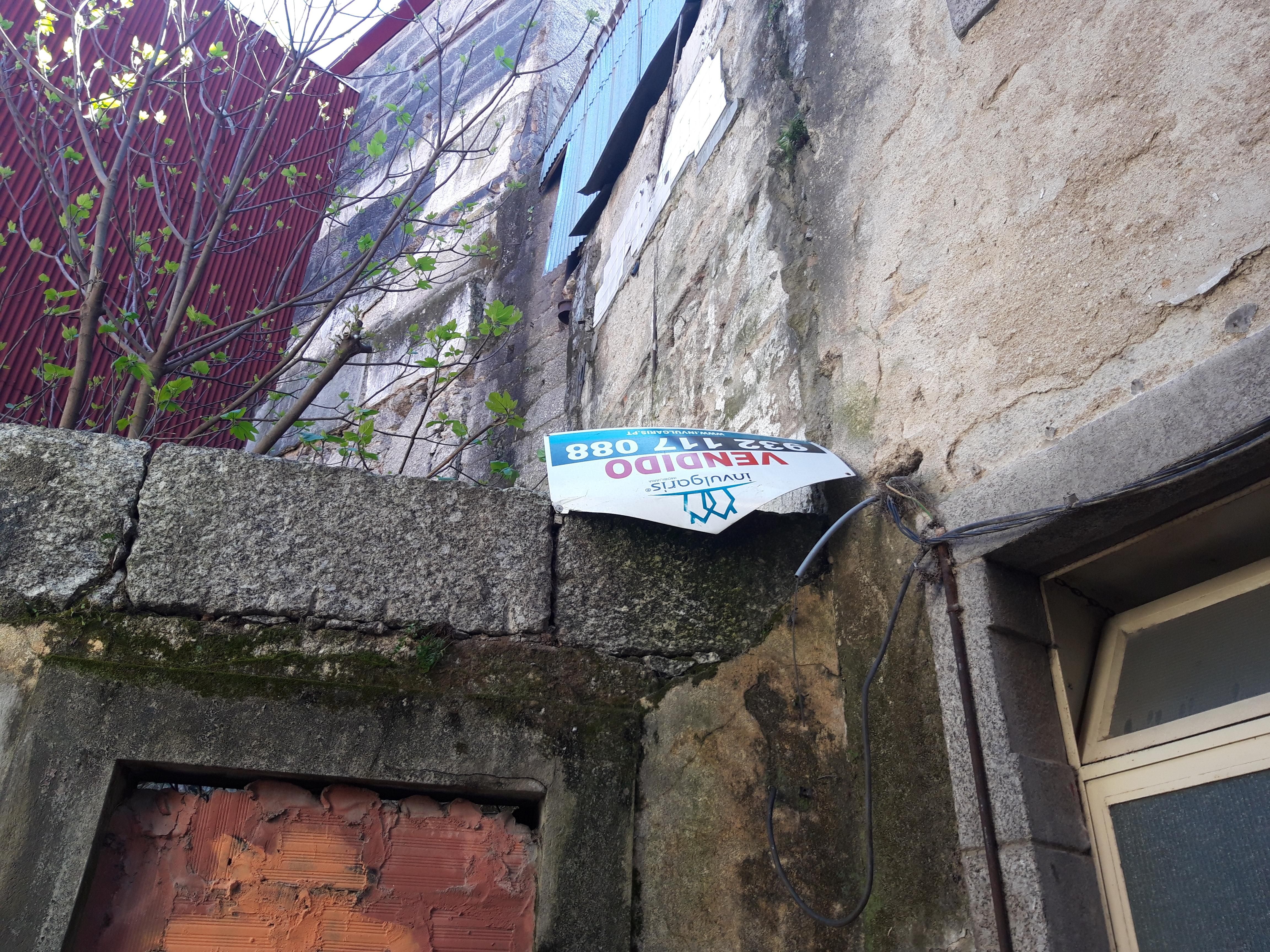 Ruínas de um prédio no centro histórico vendido recentemente.  / Elisabete Soares