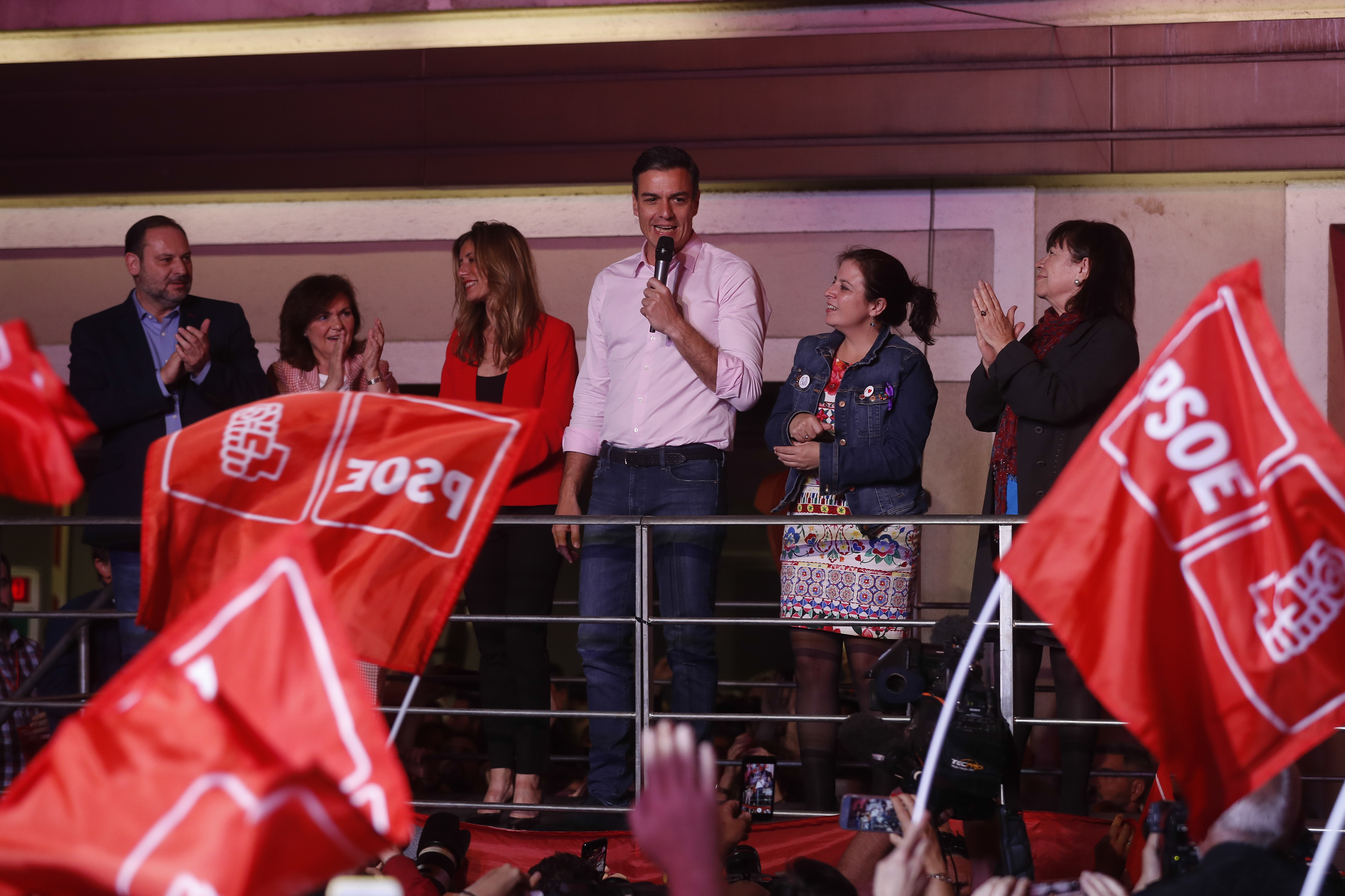 Pedro Sánchez a celebrar a vitória na sede do PSOE / Gtres