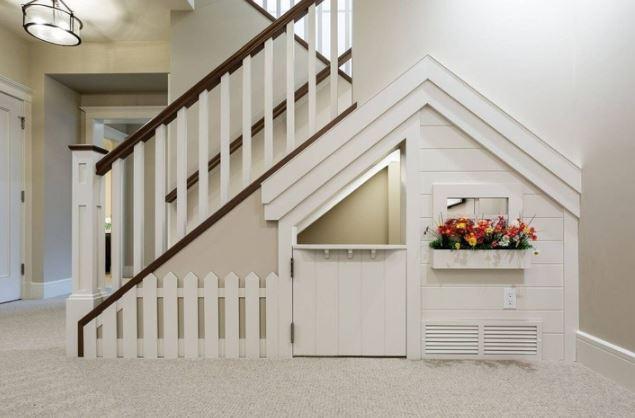 Uma casa infantil debaixo das escadas