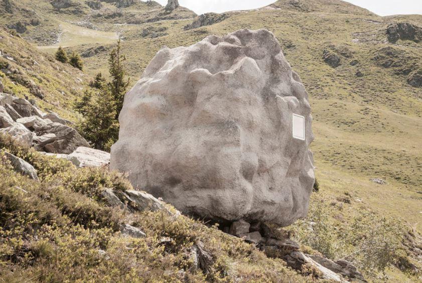 Uma cabana oculta entre as rochas