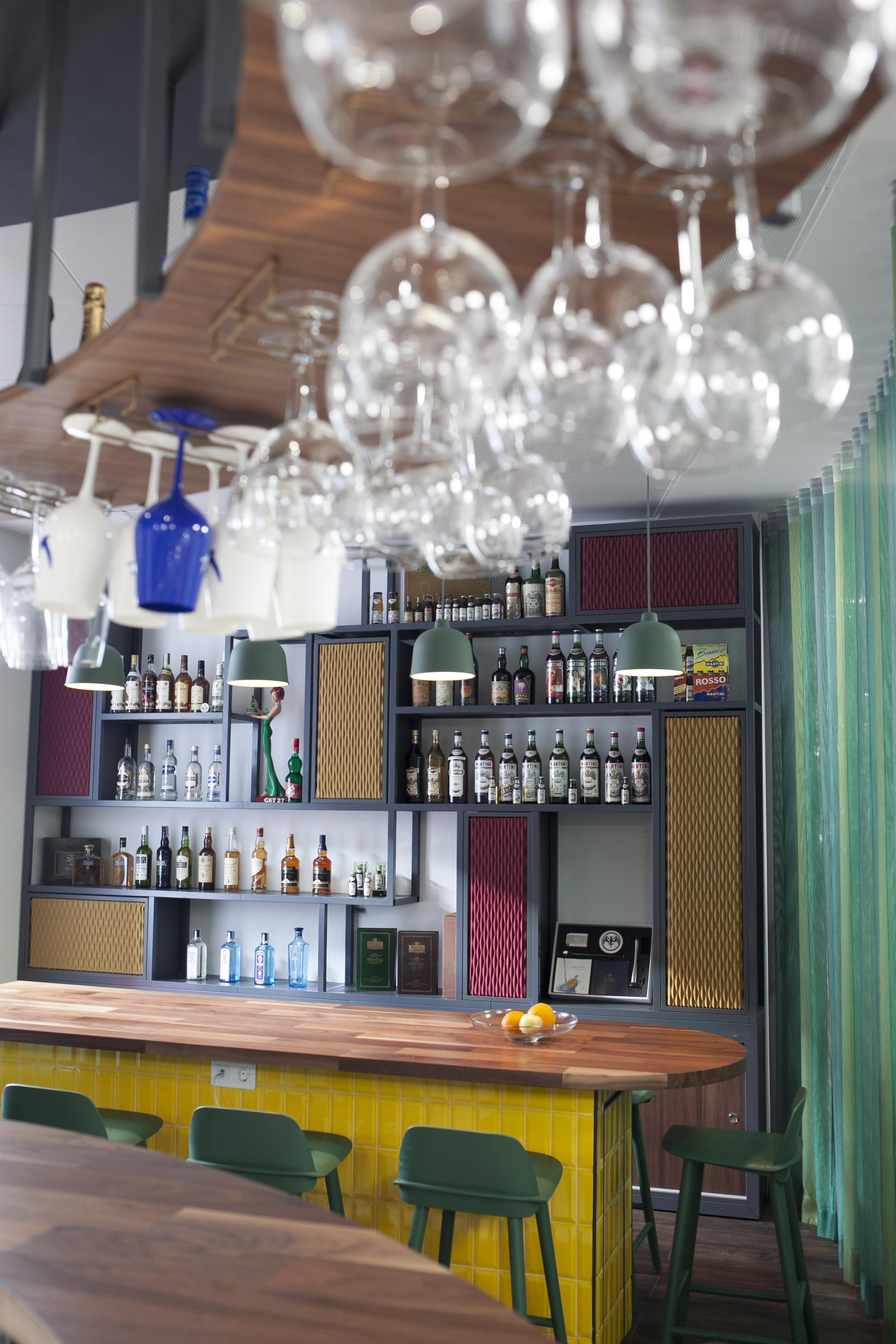 Um bar em tons de verde, azul e amarelo / Bacardi-Martini Portugal