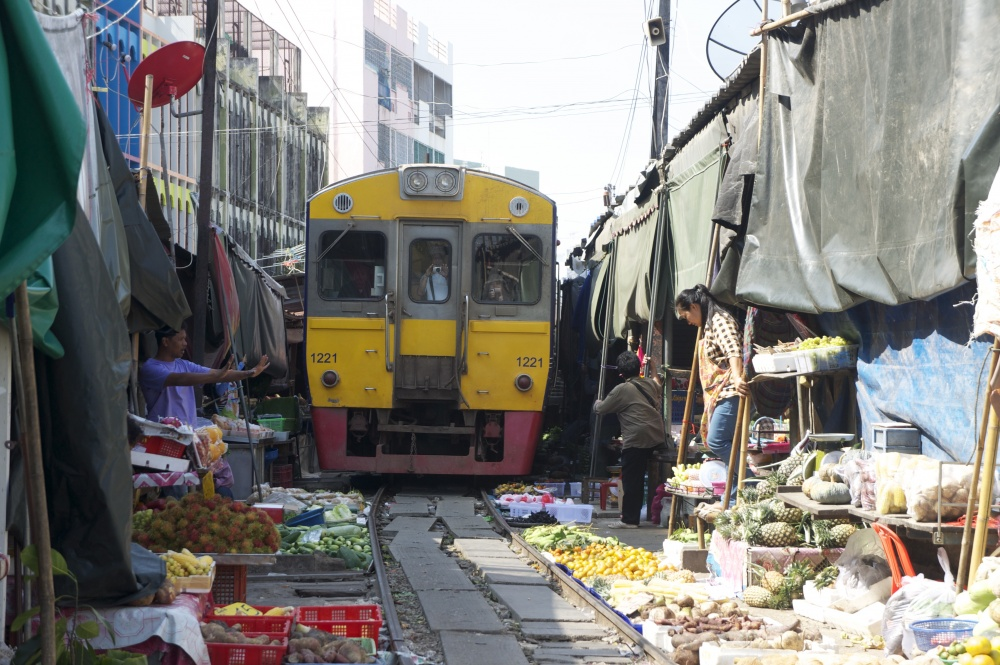 Mercado sobre a linha de comboio