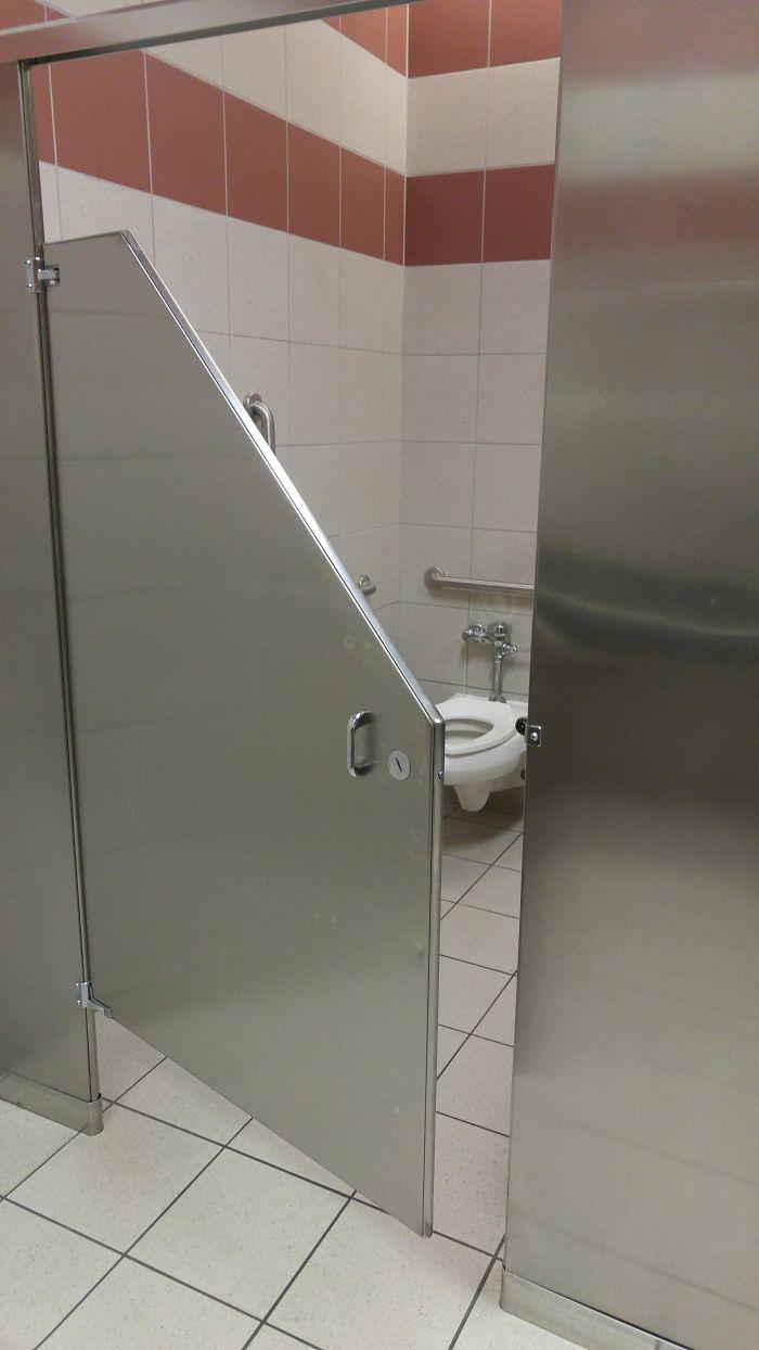 Uma casa de banho sem privacidade