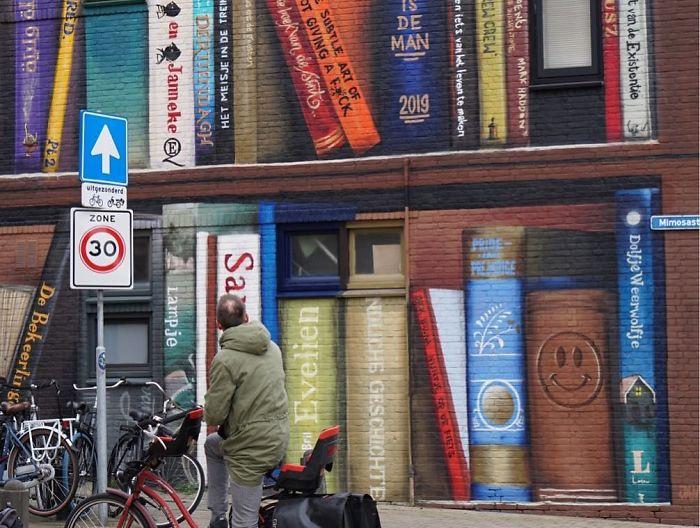 Há livros de oito idiomas e culturas
