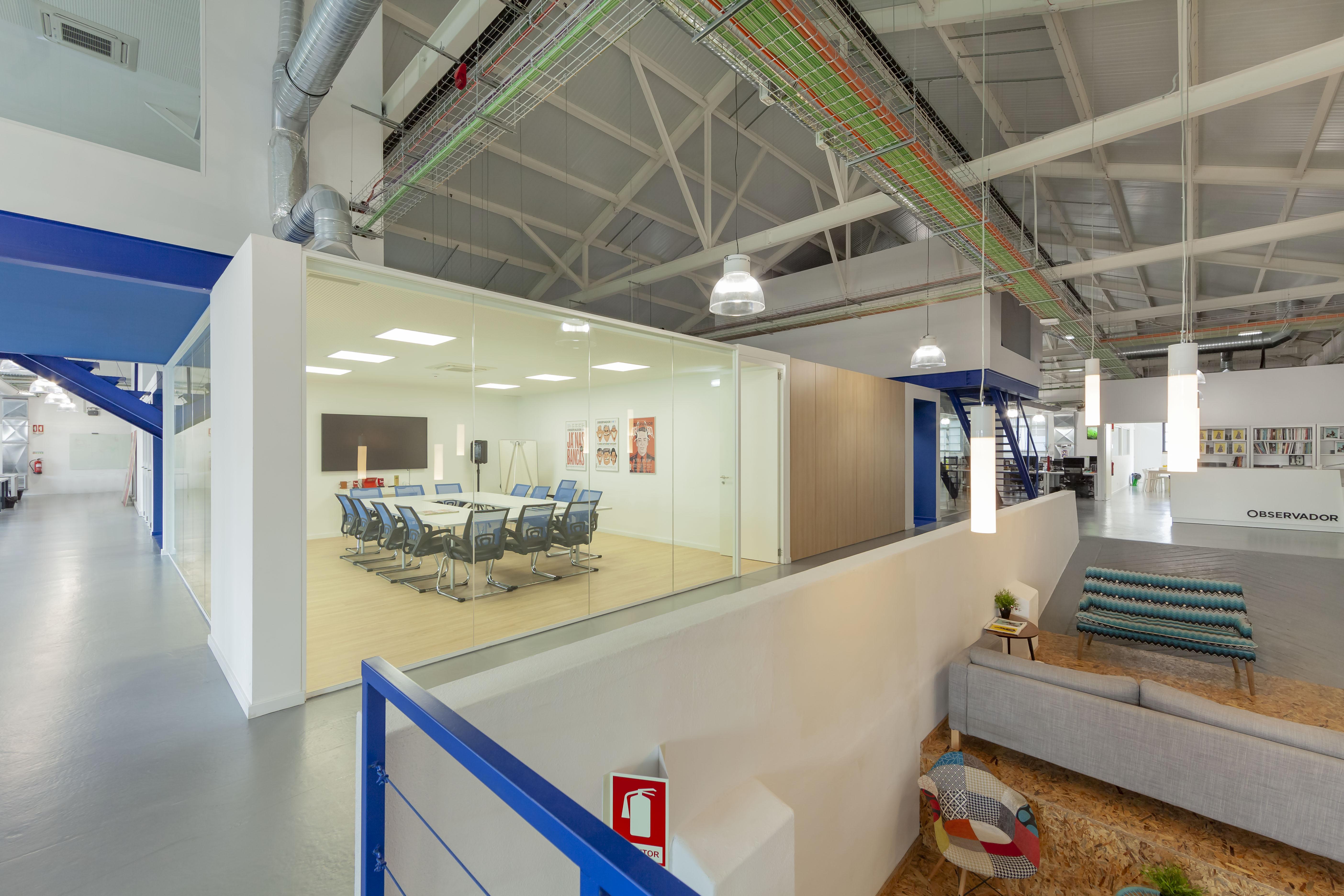 Uma zona de estar e uma sala de reuniões / JLL