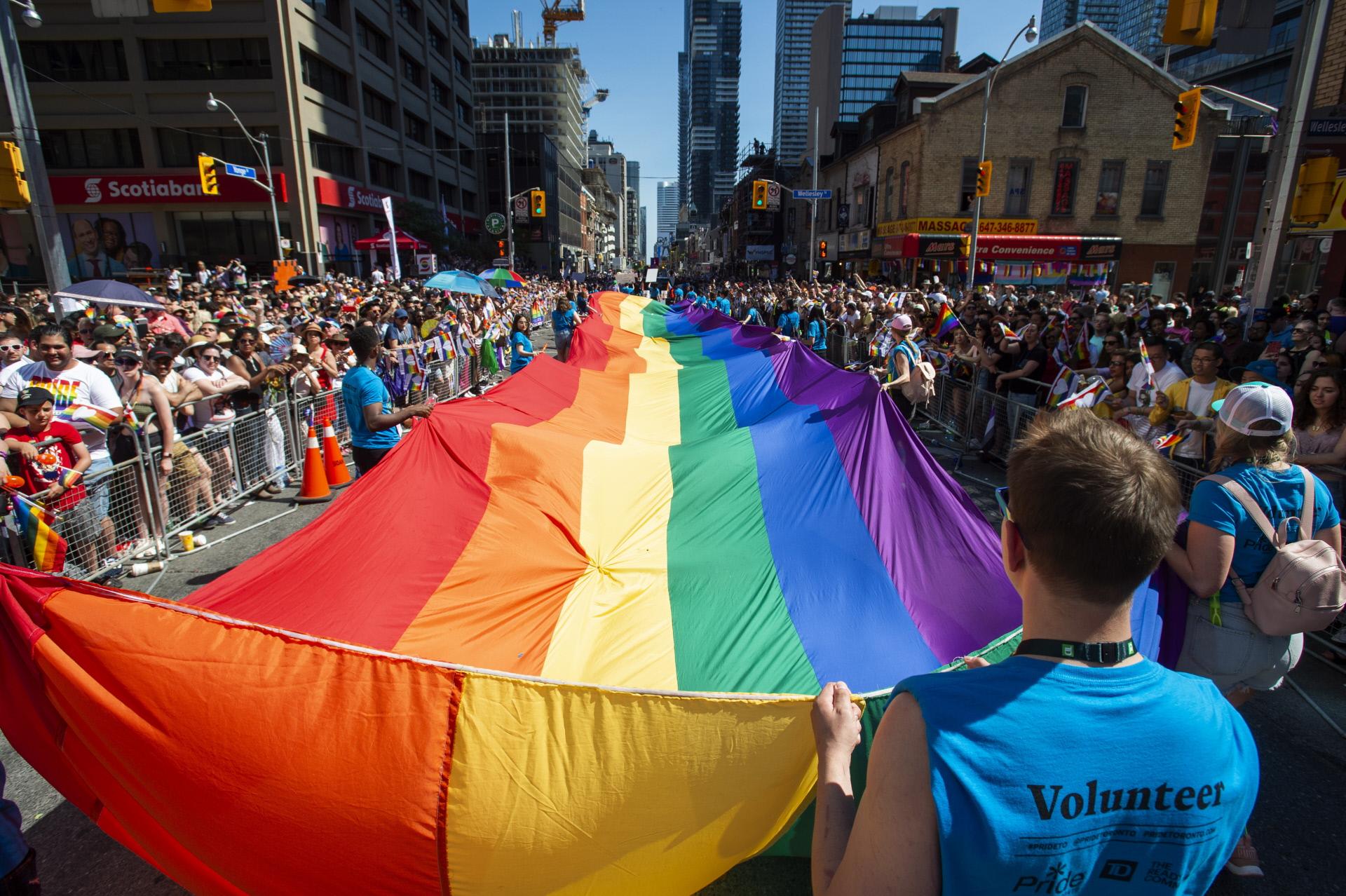 Várias pessoas saem à rua para celebrar a igualdade de direitos