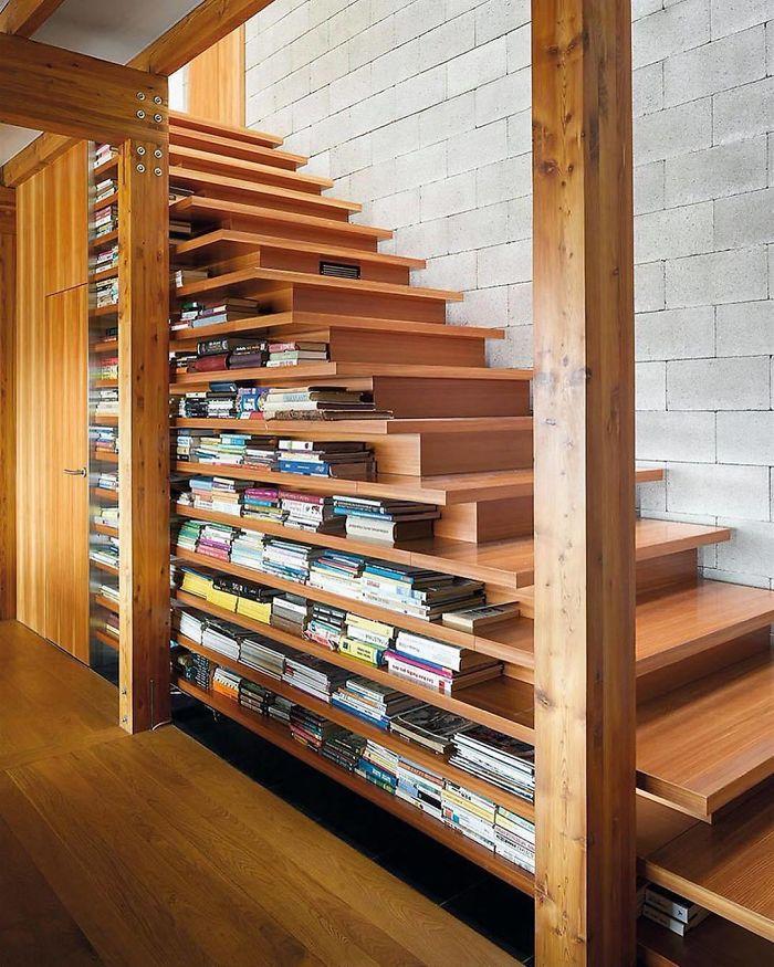 Uma escadaria que faz de biblioteca