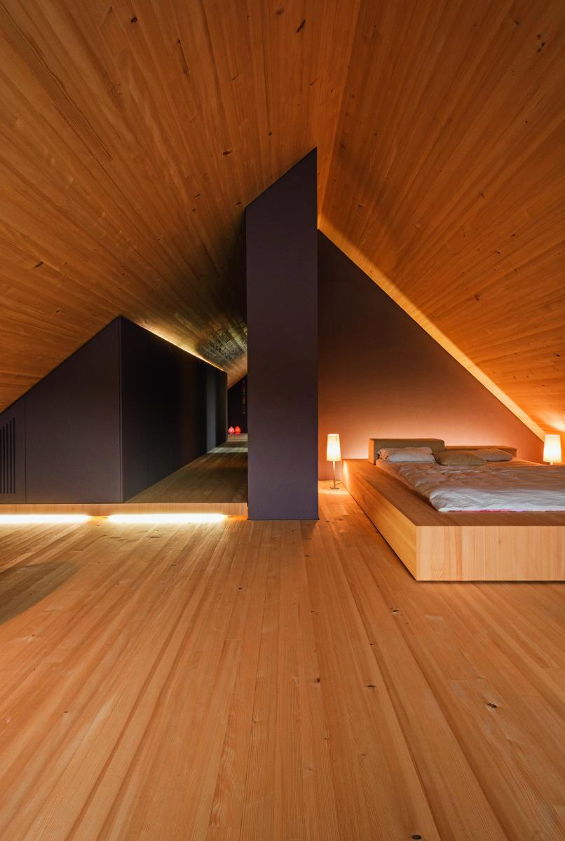 A cama foi colocada num canto