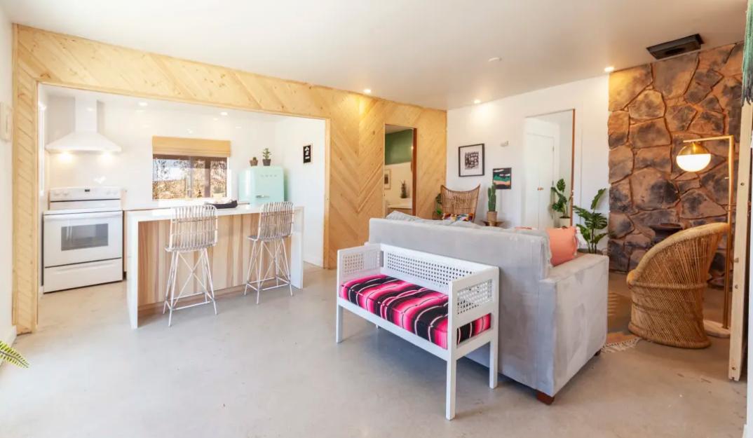A cozinha integra-se na perfeição com a sala