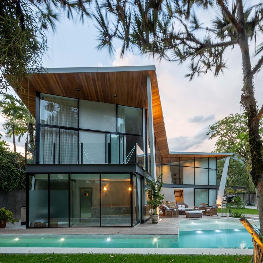 A casa tem grandes janelas
