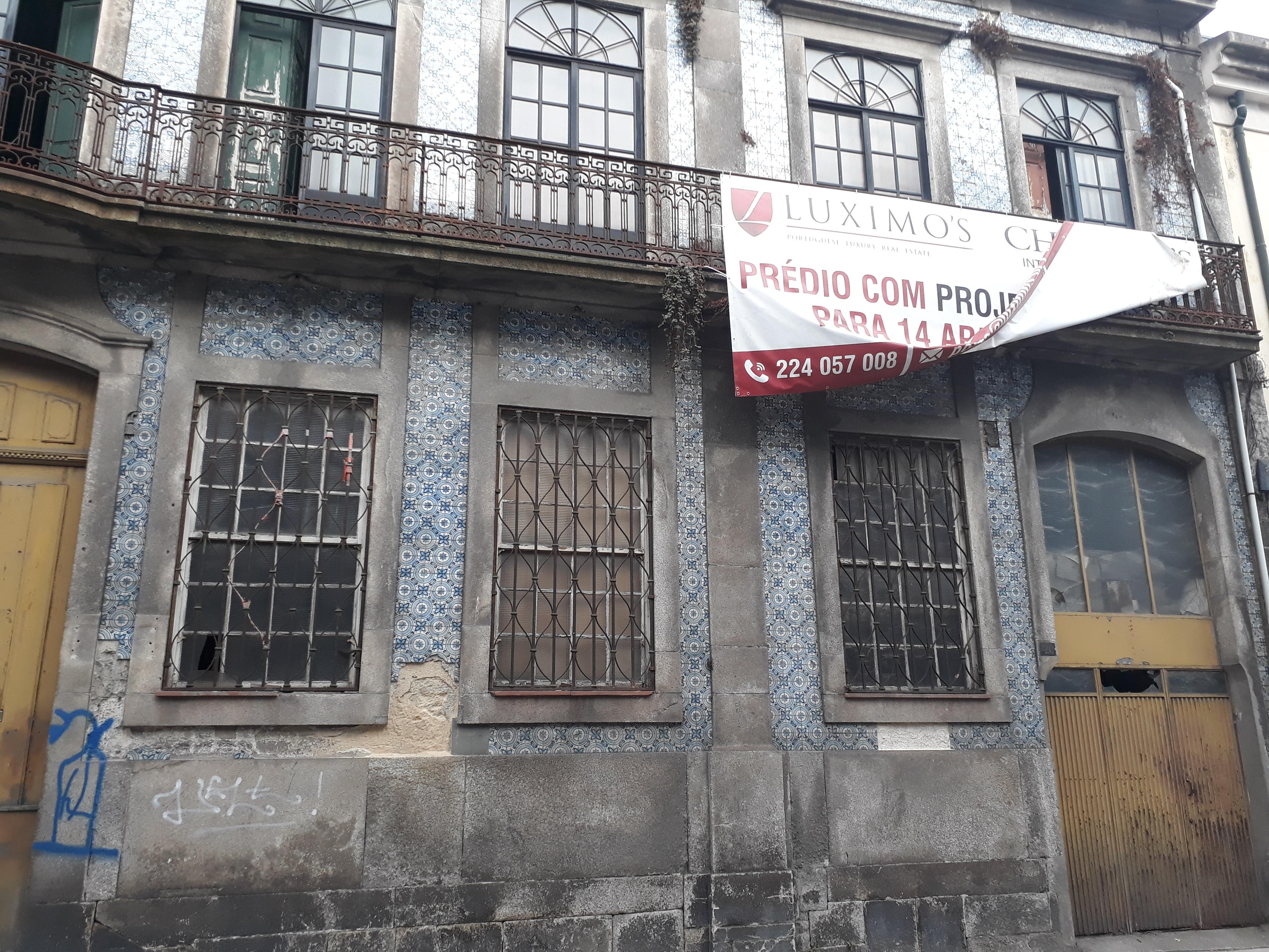 O imóvel devoluto há anos e em avançado estado de degradação / Elisabete Soares
