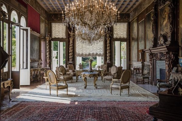 Os adornos fazem lembrar um palácio