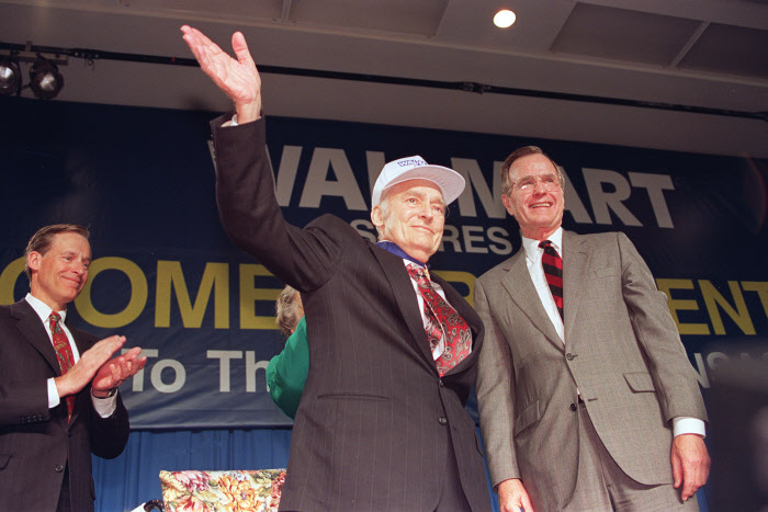 Sam Walton (à esquerda) com o ex-presidente George Bush em Bentonville, março de 1992 / Gtres