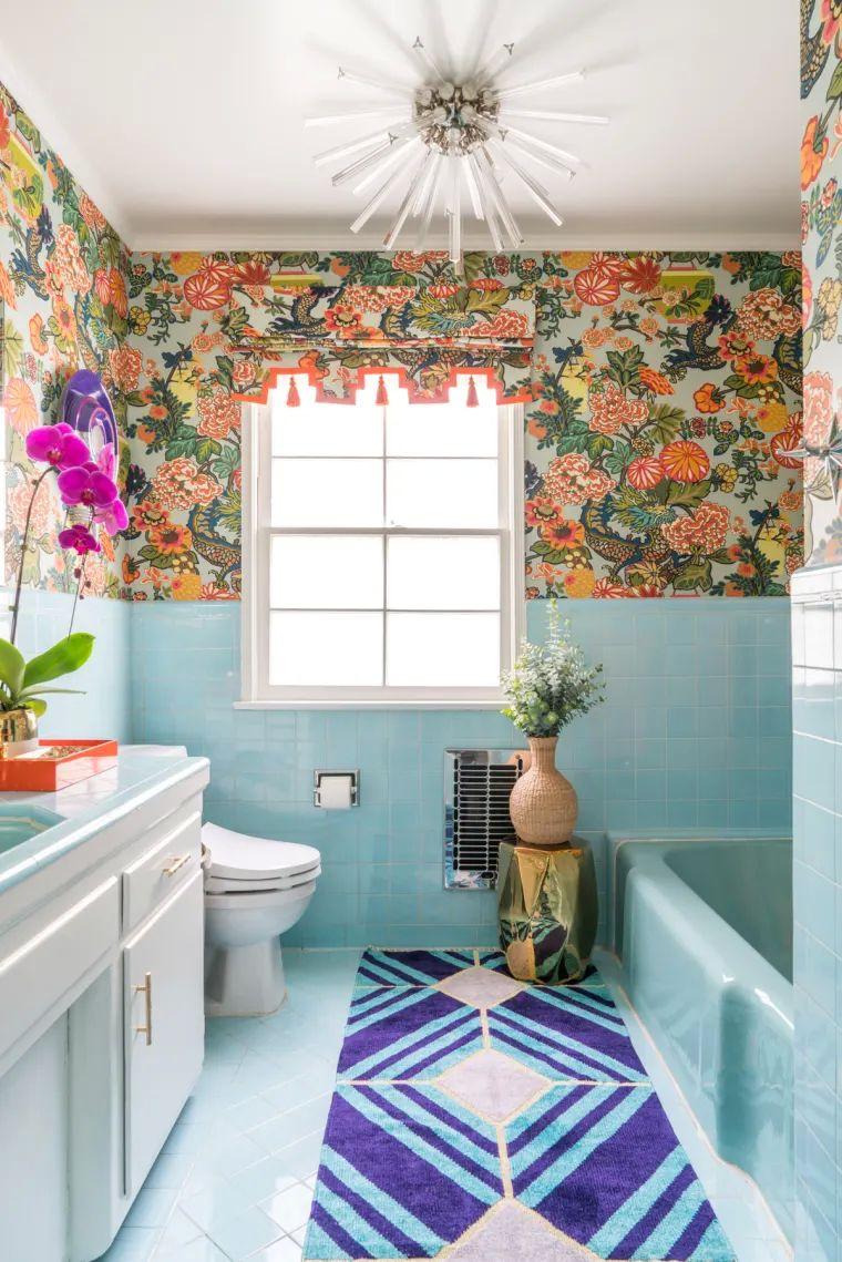 Uma casa de banho cheia de cor