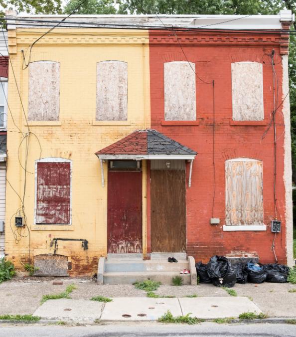 Fachada de uma casa degradada
