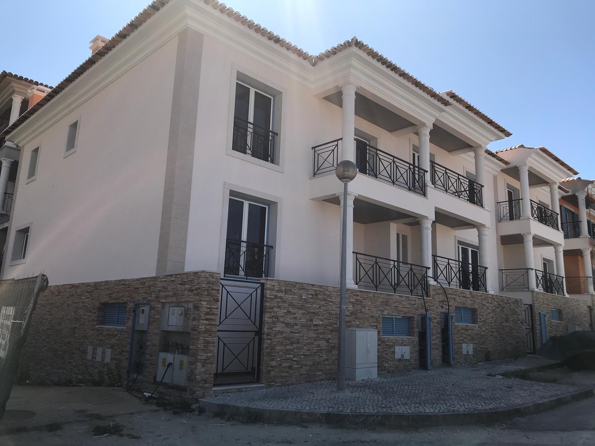 Condomínio fechado com 20 moradias na zona norte da Grande Lisboa. / Finangeste