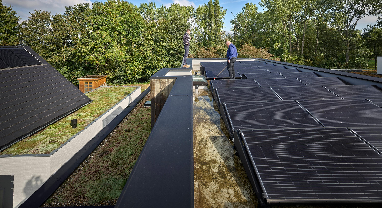 Tem um telhado verde com 32 painéis solares