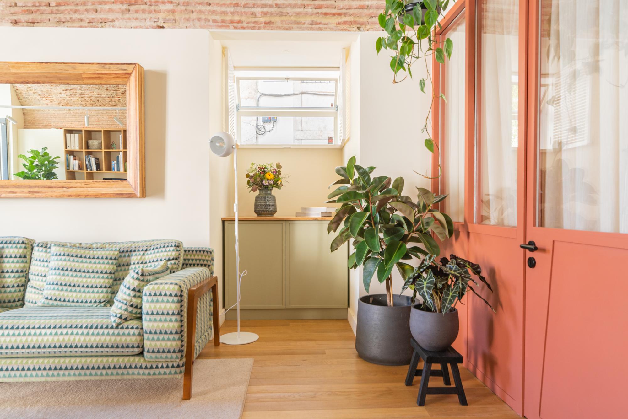 Um sofá para receber os clientes / HomeLovers