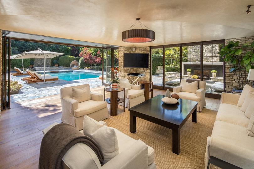 Sala de estar com vista para a piscina