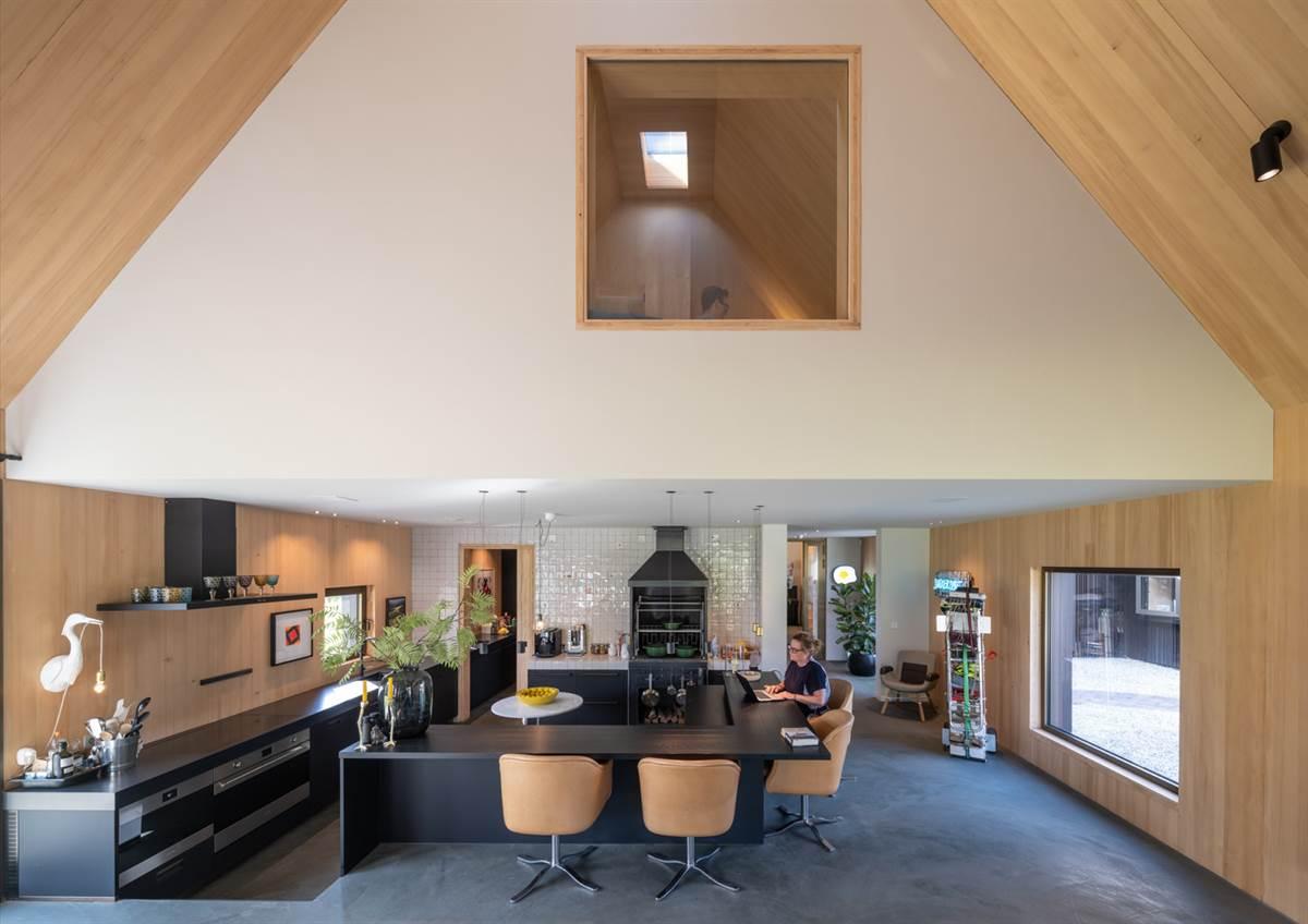 Um espaço aberto com tetos altos