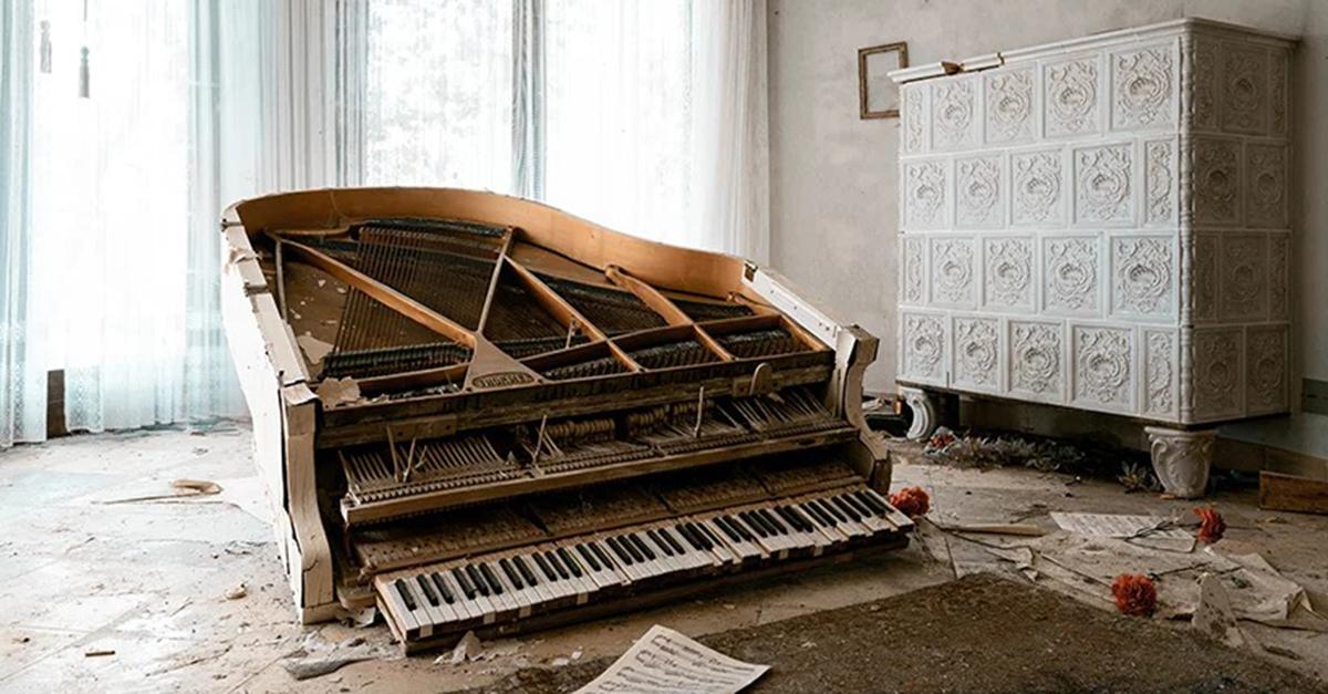 Pianos esquecidos em grandes mansões