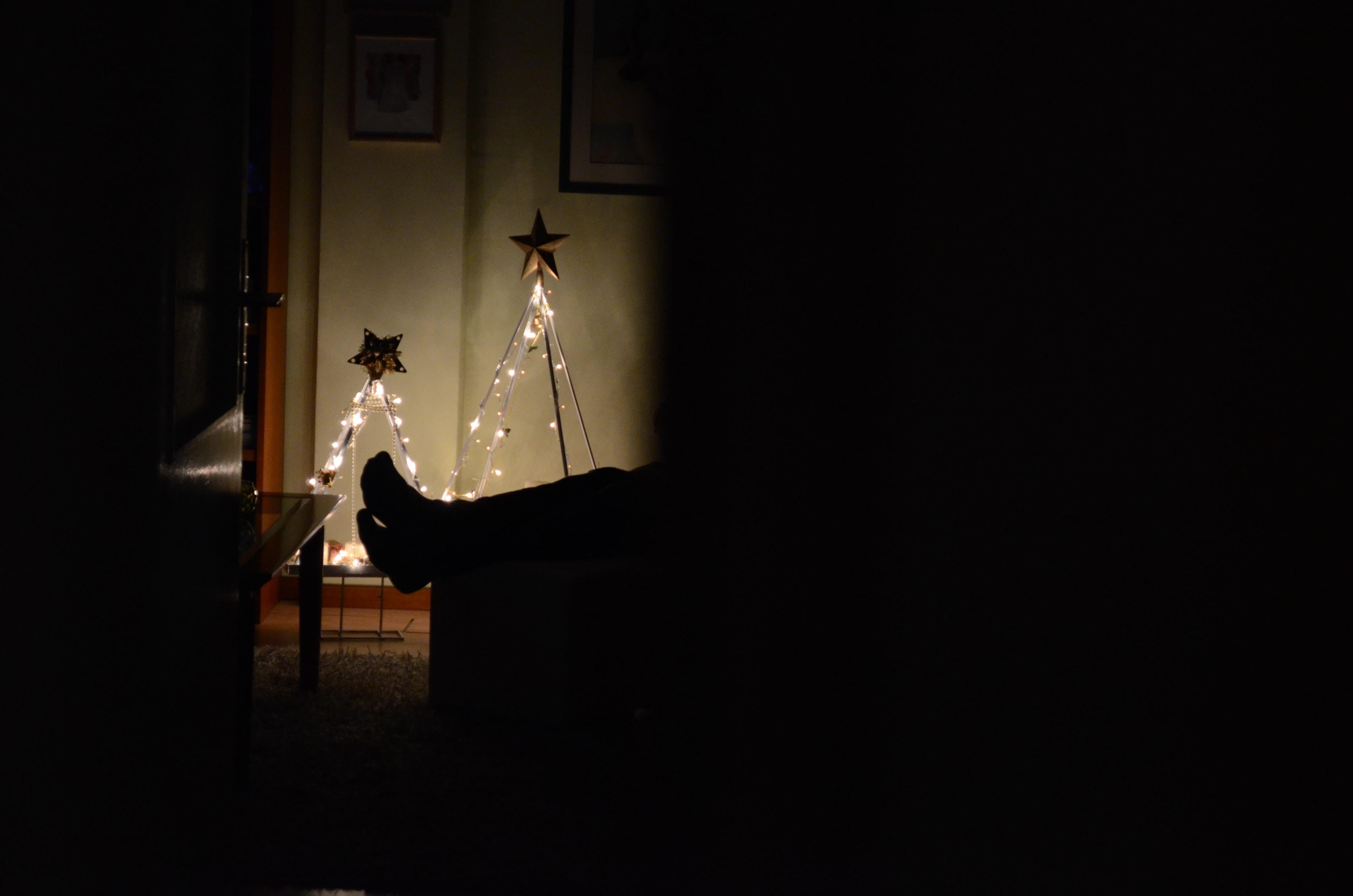 A silhueta de luzes dá forma a uma árvore de natal
