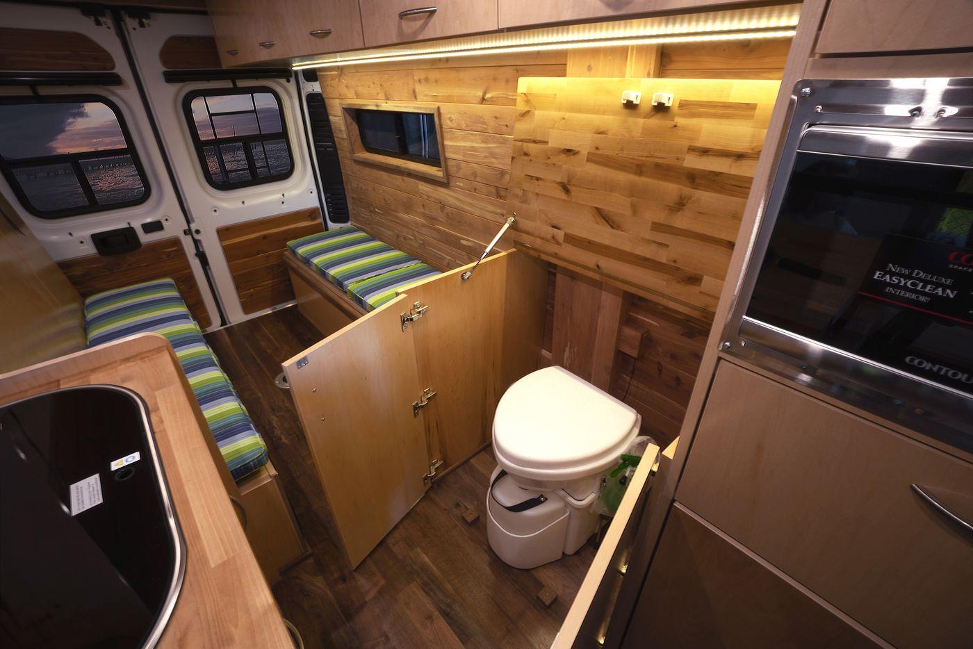 Casa de banho, cozinha e sala de estar