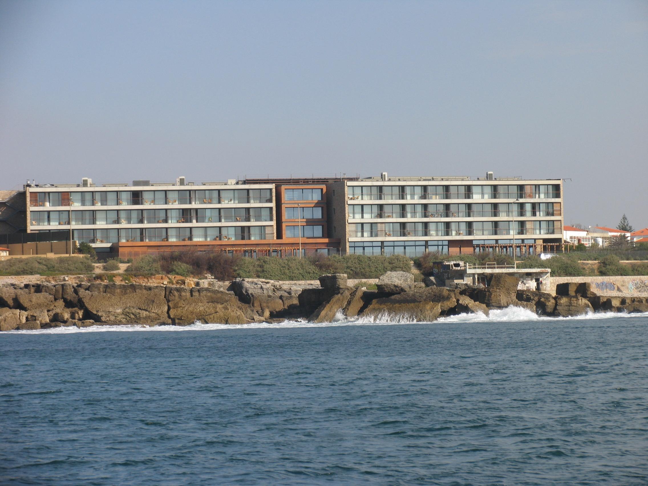 Vista panorâmica da residência senior da Parede / Ageas e José de Mello Residências
