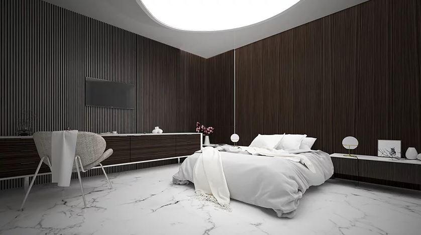 Um quarto elegante e espaçoso